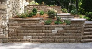 Segmental retaining wall with vertical Fondulac inlay